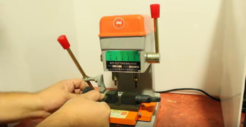 368a-key-cutting-machine-3