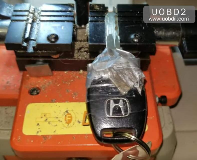 How to Use 368A Key Cutting Machine Cut Honda Laser Key (1)