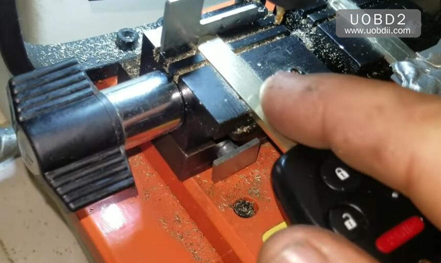 How to Use 368A Key Cutting Machine Cut Honda Laser Key (2)