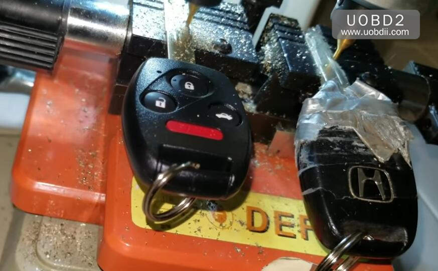 How to Use 368A Key Cutting Machine Cut Honda Laser Key (7)