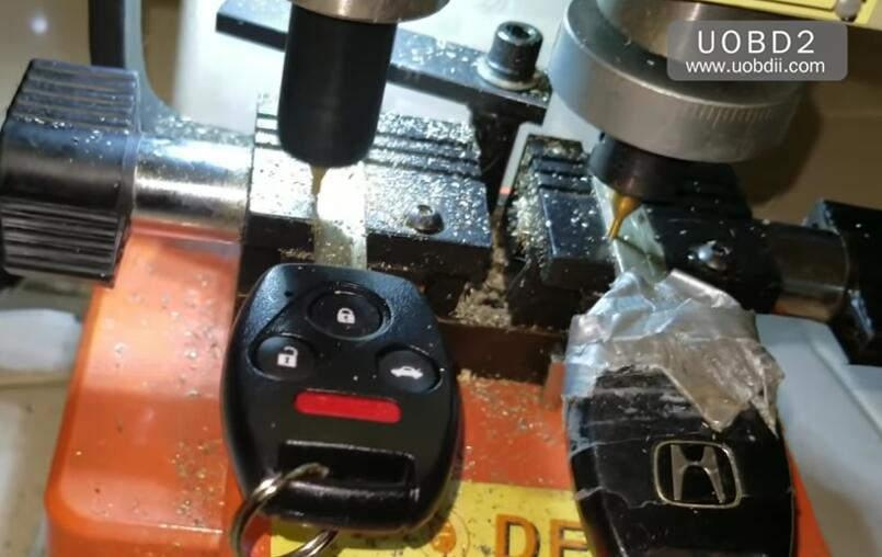 How to Use 368A Key Cutting Machine Cut Honda Laser Key (8)