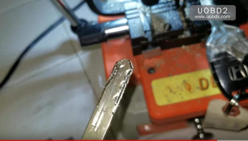 How to Use 368A Key Cutting Machine Cut Honda Laser Key (9)