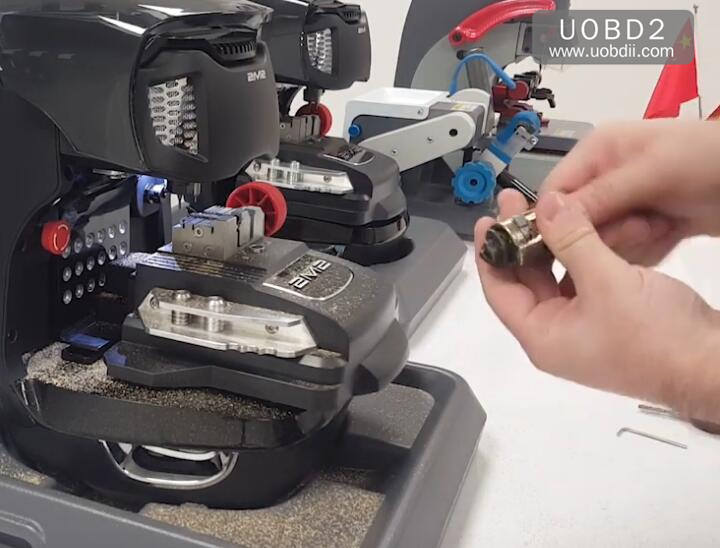 2M2 Magic Tank Duplication TestCuting A New FIAT GT15 Key (16)
